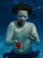 Underwater Juggling uploaded by Munchy